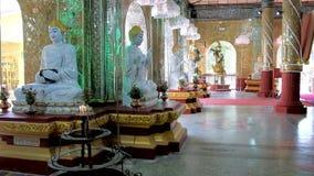 В буддийском виске, Мандалай, Мьянма акции видеоматериалы