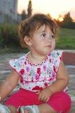 В вечере, маленькая девочка играя на спортивной площадке Стоковые Фото