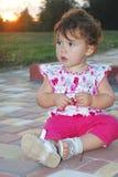 В вечере, маленькая девочка играя на спортивной площадке Стоковые Фотографии RF