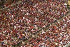 В вечерней игре и тумане светлого дождя толпа наблюдает, как Марлины Флориды бьют 2006 отборочных матчей чемпионата мира бейсболь Стоковая Фотография