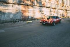 В движении Pontiac Firebird 1975 стоковые изображения rf