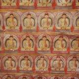В виске пещеры Dambulla многочисленные изображения Buddhas стоковые фото
