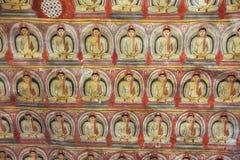 В виске пещеры Dambulla многочисленные изображения Buddhas стоковая фотография
