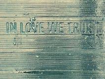 В ВЛЮБЛЕННОСТИ МЫ ДОВЕРЯЕМ ВЫТРАВЛИВАНИЮ - прославленному мосту ` s любовника в Kyiv или Киеве, Украине i Стоковые Фото