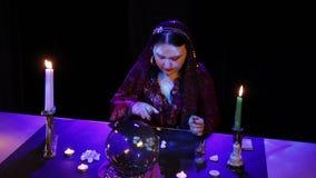 В волшебном салоне, цыган читает будущее в белых камнях сток-видео