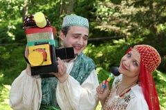 В восточном, центральном азиатском стиле Эстрадные артисты комедийных актеров актеров в смешных костюмах Стоковые Фото