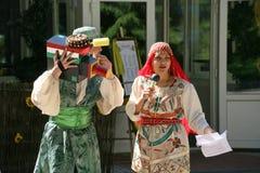 В восточном, центральном азиатском стиле Эстрадные артисты комедийных актеров актеров в смешных костюмах Стоковые Изображения RF