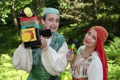 В восточном, центральном азиатском стиле Эстрадные артисты комедийных актеров актеров в смешных костюмах Стоковое Изображение RF