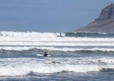 В волнах с доской Стоковая Фотография RF