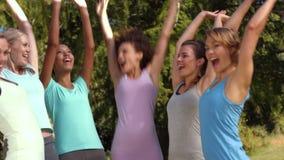 В высококачественной группе фитнеса формата кладя руки совместно акции видеоматериалы