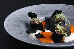 В высушенных листах морской водоросли оберните семг, microgreen, arugula с соусами на плите, предпосылкой bkack, японской едой Стоковая Фотография RF