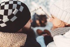 В влюбленности пары разжигают зефиры над углями Стоковое фото RF
