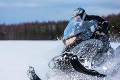 В глубоком всаднике снегохода сугроба порошка управляя быстро стоковые фотографии rf