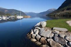 В городке на береге фьорда Kinsarvik Hardanger Норвегия Стоковые Фотографии RF