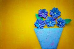 В горшке цветки на желтом цвете Стоковая Фотография