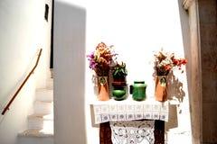 В горшке цветки против белой помытой стены стоковое изображение rf