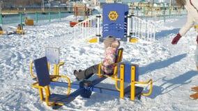 В девушке парка зимы на качании сток-видео