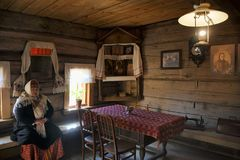 В живущей комнате дома богатого крестьянина - музея деревянного a Стоковые Фотографии RF