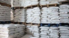 В запасе поставщик еды хранил много мешков риса сток-видео