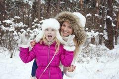 В зиме, девушка покрытого снег леса белокурая потакает внутри с h Стоковая Фотография RF