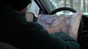 В зиме человек в исследованиях автомобиля карта навигации видеоматериал