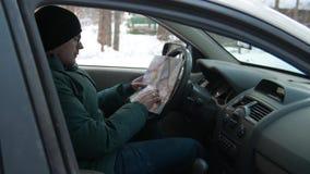 В зиме человек в исследованиях автомобиля карта навигации сток-видео