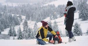 В изумительном месте в середине туриста зимы 2 получите теплым напиткам некоторый горячий чай и восхитите полностью ландшафт вокр видеоматериал