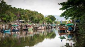 влияние нерезкости Наклон-переноса Рыбацкие лодки в канале стоковые фото