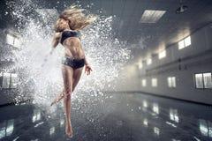 влияние танцы контраста затеняет детенышей женщины Стоковое фото RF