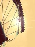Влияние фильма Переднее колесо пребывания горного велосипеда в снеге порошка Потерянный путь под глубоким сугробом Хлопья снега п Стоковые Изображения