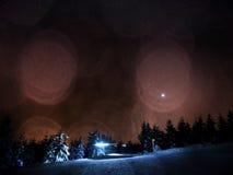 Влияние фильма Хата в горах зимы Следы по пересеченной местностей в горах Вечер в горах зимы свежий снежок Chill ноча Стоковое Изображение RF