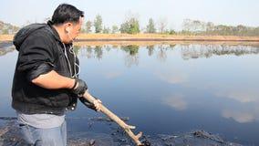 Влияния экологические от воды загрязненной с химикатами и маслом сток-видео