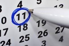 В календаре 11, номер объезжан вокруг стоковые изображения