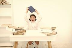 В капризном настроении Капризный ребенок быть шумный в школе Немногое ребенок отказывая выучить грамотность Небольшой поднимать д стоковая фотография