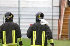 2 в касках пожарного для службы безопасности в стадионе Стоковые Изображения RF
