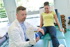 В клинике osteopathy стоковые фотографии rf