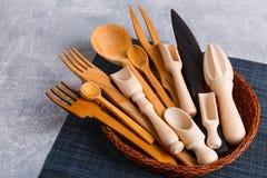 В корзине комплект различных приборов кухни сделан из древесины Стоковое Изображение RF