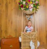В корзине мечт полета воздушного шара младенца мальчика Стоковое Изображение RF