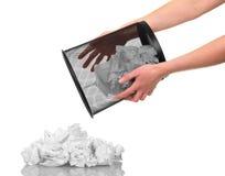 В корзине рук при отход бумаги изолированный на белизне Стоковая Фотография RF