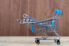 В корзине супермаркета ключи установили различных характеристик стоковая фотография rf