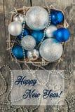 В корзине шариков и шариков рождества сини и серебра, и pl Стоковое Изображение RF