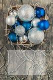 В корзине шариков рождества сини и серебра и шариков и b Стоковая Фотография RF