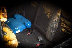 """в, который сгорели-вниз детях автомобиля \ """"стул s и расплавленный- интерьер, падения расплавленной пластмассы баловали внутренне стоковое фото"""