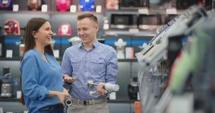 В магазине приборов, пара околпачивает вокруг и имеет потеху имитируя  акции видеоматериалы