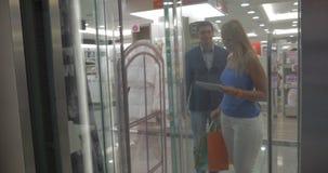 В магазине Thessaloniki, пары Греции молодые идут в подъем видеоматериал