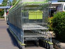 В магазинной тележкае, войдите товар, тележку катит, объекты Стоковое Изображение