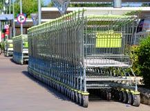 В магазинной тележкае, войдите товар, тележку катит, объекты Стоковое Изображение RF