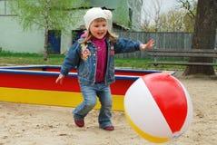 В маленькой девочке парка играя с шариком. Стоковое фото RF
