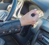 В месте ` s водителя автомобиля, девушка в gea переключателя руки Стоковые Фото