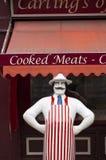 В натуральную величину модель мясника вне традиционные мясники в небольшом городе Beverely, восточном Йоркшире, Великобритании -  стоковая фотография rf